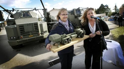Bae Bofors VD Lena Gillström överlämnar de fyra första Archer till FMV genereraldirektör Lena Erixon.